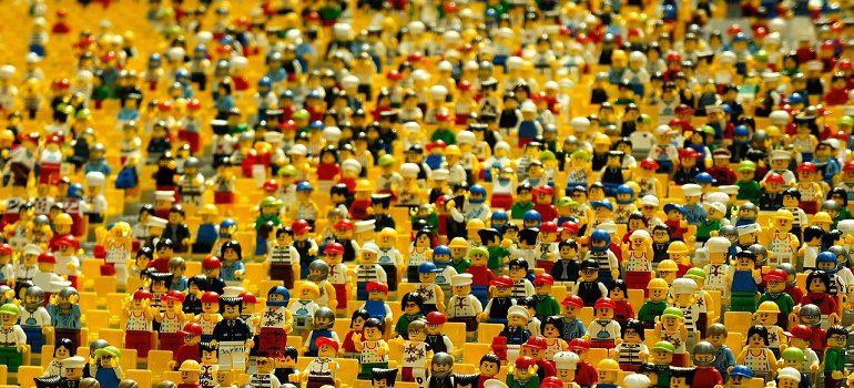 lego crowd by eak_kkk courtesy of Pixabay.com
